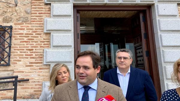 El presidente del PP de C-LM, Paco Núñez, en declaraciones a los medios en la puerta de las Cortes regionales