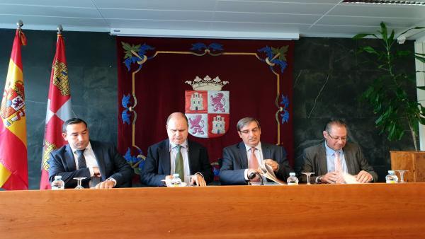 El viceconsejero José Luis Sanz (segundo por la derecha) junto a otros intregrantes del Consejo Rector del Transporte Metropolitano de Salamanca.