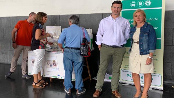 La subdelegada de la Junta en el Campo de Gibraltar, Eva Pajares, y el director gerente del Consorcio Metropolitano de Tranporte, Carlos Sánchez