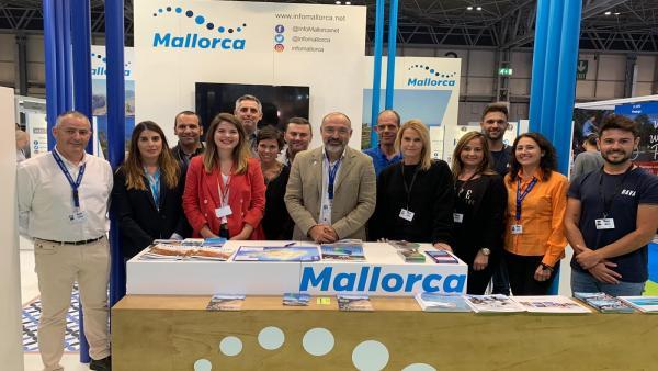 El conseller de Turismo y Deportes, Andreu Serra, con coexpositores del estand del Consell de Mallorca.