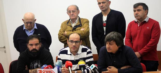 En el centro, sentado Fernando Arévalo, acompañado por miembros de la Plataforma Soria Ya.