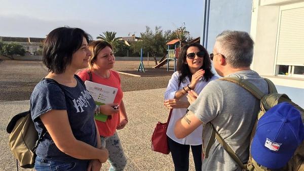 La concejala de Educación de Cartagena, Irene Ruiz, ha estado este lunes acompañando a los alumnos en la entrada al colegio de Los Urrutias