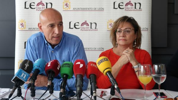 El alcalde de León, Antonio Diaz, y la portavoz, Evelia Fernández, durante al rueda de prensa.