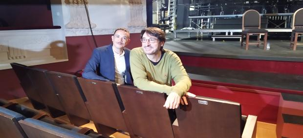 Luis Luque(I) y Carmelo Gómez (D) sentados en las butacas del teatro Principal de Palencia que llevan sus nombres,