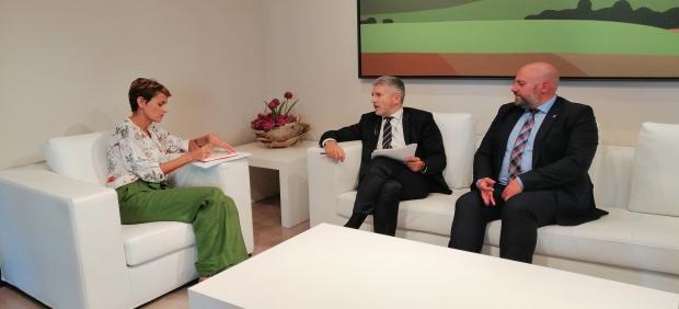 La presidenta del Gobierno de Navarra, María Chivite, el ministro del Interior en funciones, Fernando Grande Marlaska, y el delegado del Gobierno en la Comunidad foral, José Luis Arasti, reunidos en Pamplona