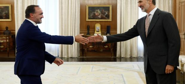 El rey Felipe VI saluda al líder de la coalición Navarra Suma, Javier Esparza, hoy Lunes en el palacio de la Zarzuela, dentro de la ronda de consultas con los partidos del Parlamento, que puede desembocar en la convocatoria de nuevas elecciones generales