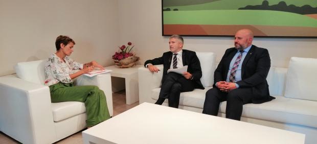 La presidenta de Navarra, María Chivite, reunida con el minsitro del Interior en funciones, Fernando Grande Marlaska, y el delegado del Gobierno en Navarra en funciones, José Luis Arasti.