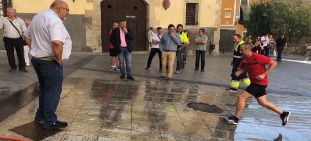 El alcalde de Cuenca, Darío Dolz, en la prueba del sistema antideslizante para la suelta de vaquillas
