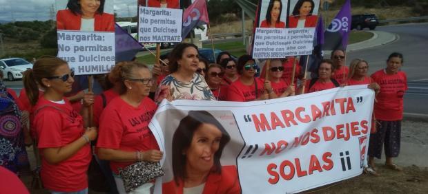 La parlamentaria de Adelante Andalucía por la provincia de Cádiz Ángela Aguilera se manifiesta con las trabajadoras de los cuarteles militares en la comarca del Campo de Gibraltar