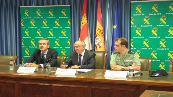 De dcha a izqda el teniente coronel de la Guardia Civil Javier Peña; el subdelegado del Gobierno en Valladolid, Emilio Álvarez; y el director de la D.O. Rueda, Santiago Mora.