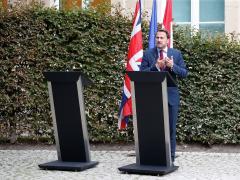 El primer ministro luxemburgués Xavier Bettel comparece solo ante la prensa