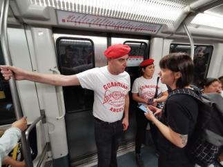 Mike Henstridge, fundador de la patrulla ciudadana Barcelona Guardian Angels, en el metro de Barcelona.