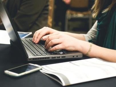 Una mujer usando el ordenador