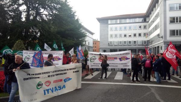 Trabajadores de ITV se movilizan en Oviedo.