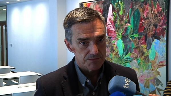 El secretario general de Derechos Humanos, Convivencia y Cooperación del Gobierno Vasco, Jonan Fernández, realiza declaraciones a los medios de comunicación