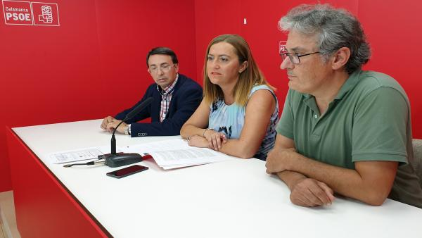 Virgina Barcones (centro) en la sede del PSOE de Salamanca junto a los socialistas salmantinos Fernando Pablos y Fernando Rubio.