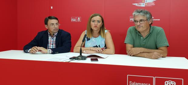 Barcones (centro) junto a los socialistas Fernando Pablos (izquierda) y Fernando Rubio (derecha) en Salamanca.