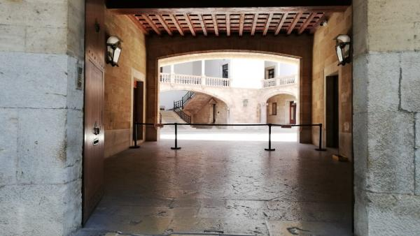 El patio de la Audiencia Provincial de Baleares y el TSJIB, visto desde el exterior.