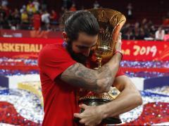 Ricky Rubio abraza la Copa del Mundo de baloncesto