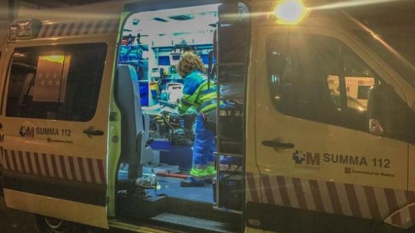 Sanitarios del Summa atienden a un hombre apuñalado en una marquesina de Alcalá de Henares