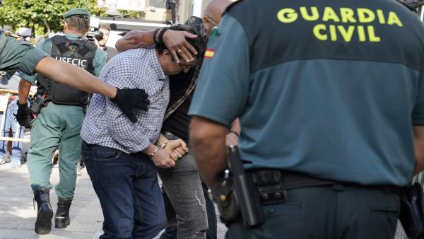 El autor confeso del asesinato de su exmujer, su excuñada y su exsuegra en Valga (Pontevedra), identificado como José Luis Abet Lafuente y apodado el Moro, de 45 años, a su llegada al Juzgado de Instrucción 2 de la localidad pontevedresa de Caldas de Reis