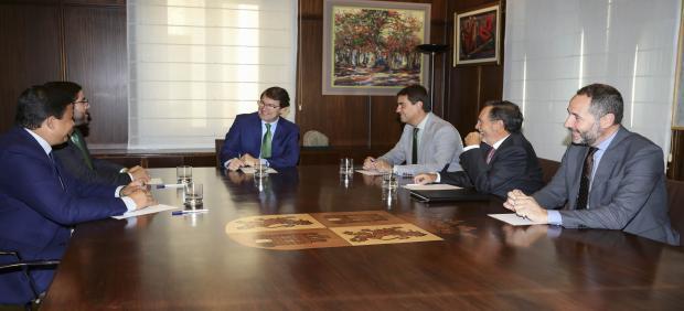 Mañueco reunido con representantes de Ávila.