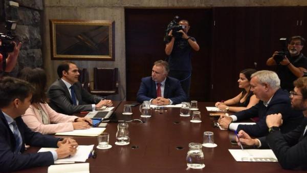El presidente de Canarias, Ángel Víctor Torres, preside una reunión con directivos de Vueling e Iberia Express