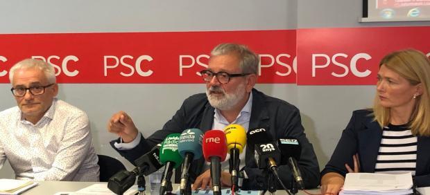 Felix Larrosa, en el centro, junto a los concejales del PSC en Lleida Jaume Sellés y Begoña Iglesias