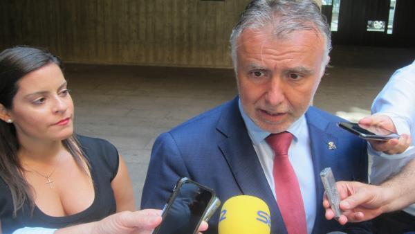 La consejera de Turismo, Yaiza Castilla y el presidente de Canarias, Ángel Víctor Torres, atienden a los medios de comunicación