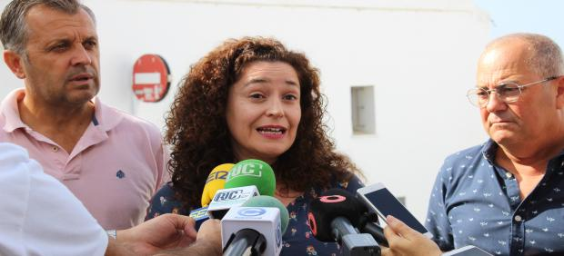 La responsable de Política Institucional de IU Andalucía, Inmaculada Nieto, atendiendo a los periodistas