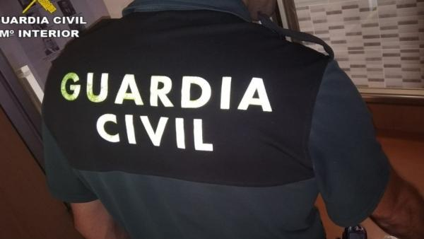 Un guardia civil investigando