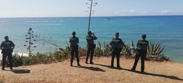 Agentes de la Guardia Civil en Los Caños en el dispositivo de búsqueda de un susmarinista desaparecido