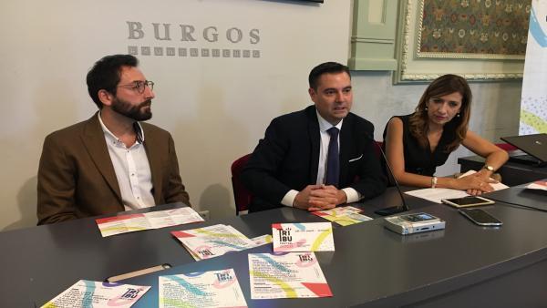 Héctor Aguilar, organización del Festival Tribu, Daniel de la Rosa, alcalde de Burgos, y Nuria Barrio, vicealcaldesa y presidenta del IMCyT.