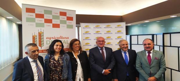 La alcaldesa de Magaz, la presidenta de la Diputación, el consejero y el gerente de Agropal, en el medio, antes de inaugurar la VI Jornada 'El futuro del cereal en Castilla y León'.