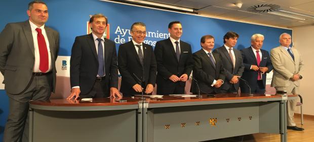 El tercero por la izquierda Roberto Saiz, delegado territorial de la Junta en Burgos, a su lado Daniel del la Rosa, alcalde de Burgos, y Antonio Llobet,  presidente del Consejo general de Agentes de Aduana.