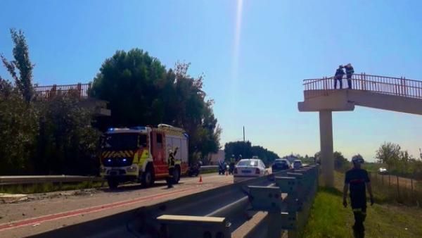 Un camió grua derroca una passarel·la per als vianants a la CV-500 al Saler