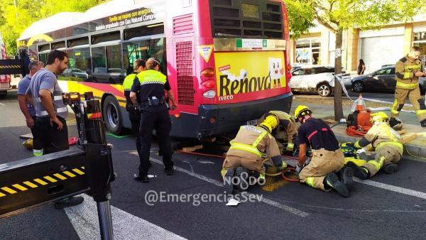Rescate de motorista accidentado tras chocar con un autobús en Sevilla