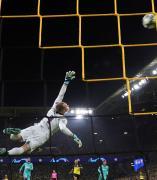 Ter Stegen vuela en el partido del Barça ante el Dortmund.