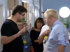 Careo entre el primer ministro británico, Boris Johnson, y el padre de la niña enferma