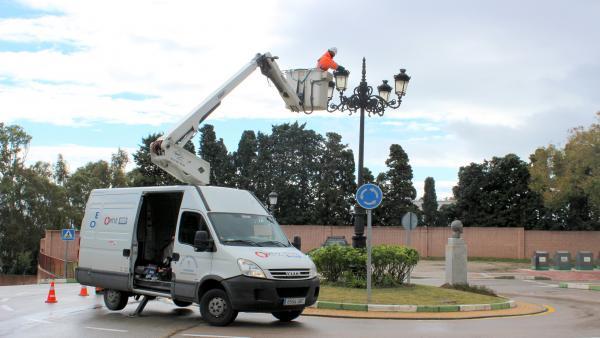Operarios instalan puntos de luces LED en Estepona.