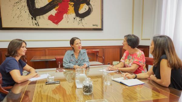 La alcaldesa de Santa Cruz de Tenerife, Patricia Hernández, en una reunión con Unicef