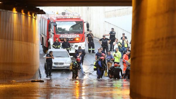 Rescate del cuerpo sin vida del conductor atrapado en un túnel de la capital de Almería