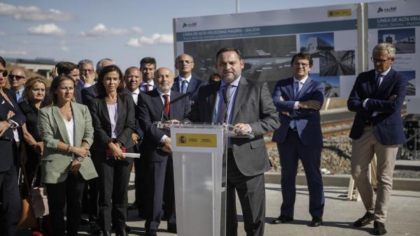 El ministro de Fomento en funciones, José Luis Ábalos, da un discurso en La Hiniesta (Zamora), a donde se ha desplazado para recorrer en un tren de pruebas el tramo Zamora-Pedralba de la Pradería de la Línea de Alta Velocidad Madrid-Galicia y de este modo