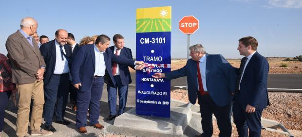 El presidente de C-LM, Emiliano García-Page, y el consejero de Fomento, Nacho Hernando, en la inauguración del acondicionamiento de la carretera CM-3031 entre Villamayor de Santiago y Hontanaya