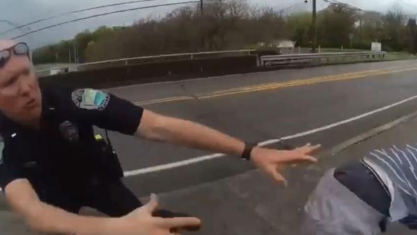 Dos policías sujetan a un suicida en el último segundo