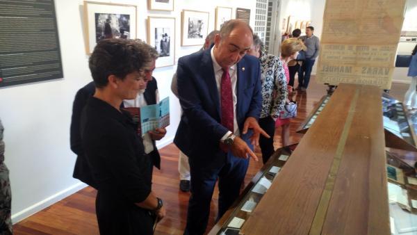 El presidente de la Diputación (D) visita la exposición del Teatro Juan Bravo sobre Menéndez Pidal, acompañada por la comisaria Sara Catalán.