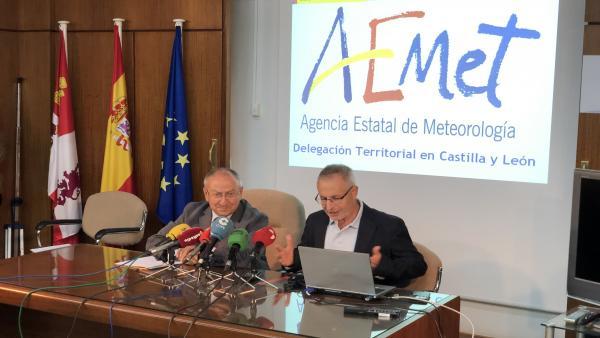 El delegdao de la Aemet en CyL, Juan Pablo Álvarez (dcha), junto al subdelegado del Gobierno en Valladolid, Emilio Álvarez, en la presentación de las previsiones meteorológicas para el otoño.