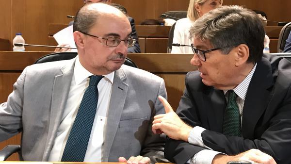 El presidente socialista Javier Lambán, junto a Arturo Aliaga (PAR), uno de sus socios de gobierno