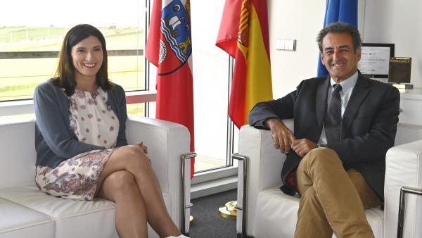 Reunión de la alcaldesa de Santander, Gema Igual, con el consejero de Innovación, Industria, Transporte y Comercio, Francisco Martín