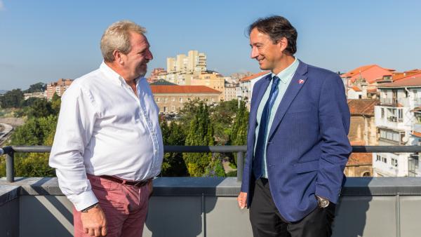 El consejero de Obras Públicas, Ordenación del Territorio y Urbanismo, José Luis Gochicoa, se reúne con el alcalde de Anievas, Agustín Pernía
